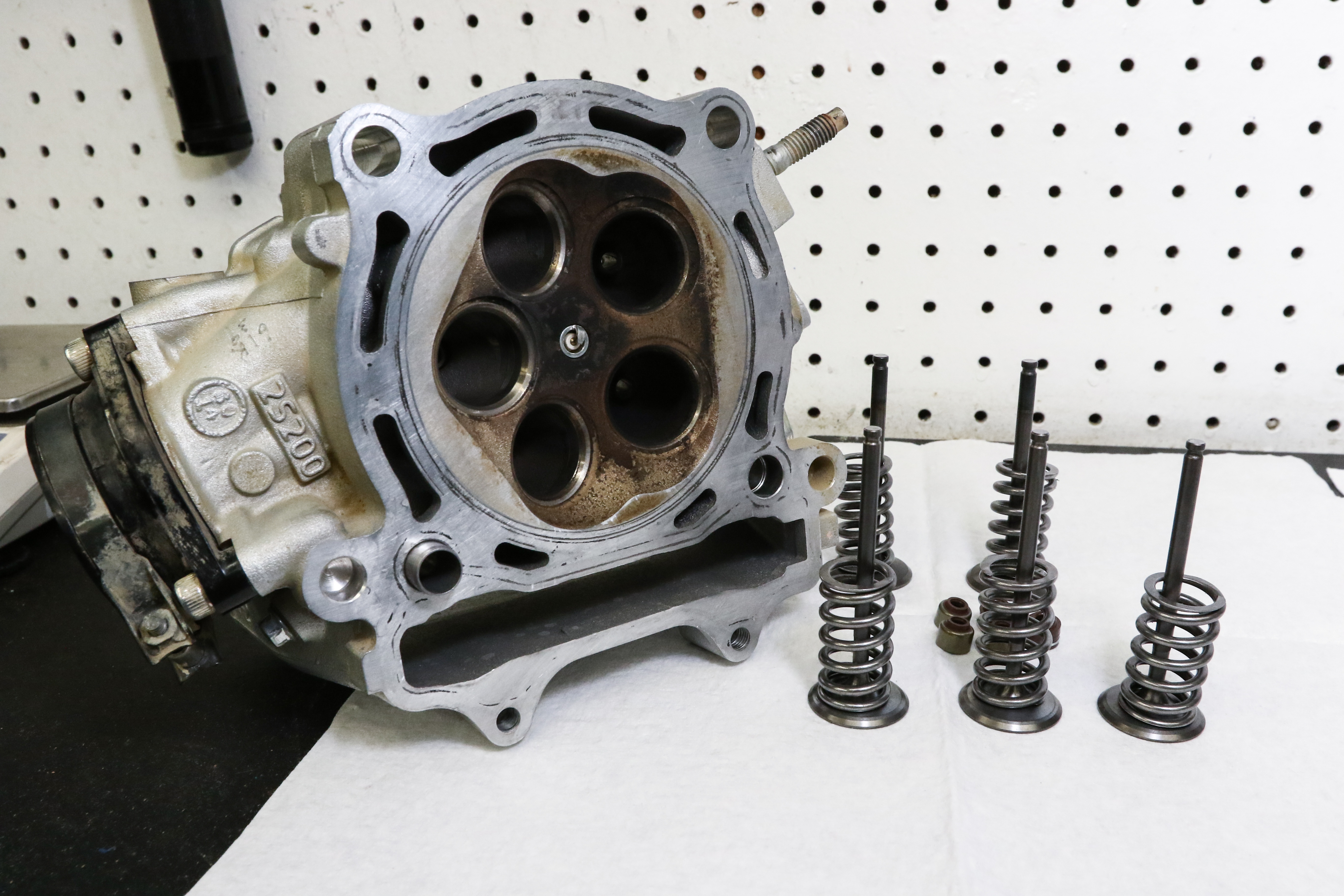 YZ450F Top End Part 2: Rebuilding a Four-Stroke Head